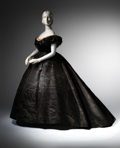 Metropolitan-Museum-of-Art-Death-Becomes-Her-A-Century-of-Mourning-Attire-Dress-2
